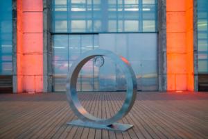 В «Севкабель Порту» установили монумент «Солнечный календарь» — в него нужно «ловить» заходящее солнце