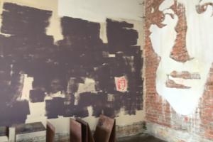 В арке музея Ахматовой закрасили стихи и надписи на стенах. В музее пояснили, что так делают раз в два-три месяца
