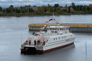 В Петербурге спустили на воду первое безэкипажное судно. Позднее его отправят исследовать Черное и Азовское моря