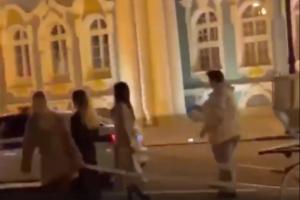 На Дворцовой заметили карету, в которую запрягли трех девушек. Это был перформанс о «цифровом рабстве» 🤷♂️