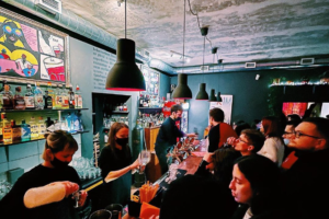 13 заведений, где читатели «Бумаги» получат скидку или подарок — от винных баров до фудтрака и кафе на «Ленфильме»