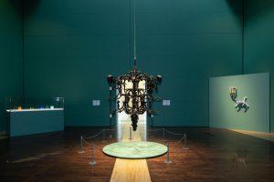 Гигантская люстра Ай Вэйвэя, пирамида из кастрюль и другие фигуры из муранского стекла — это новая выставка в Главном штабе