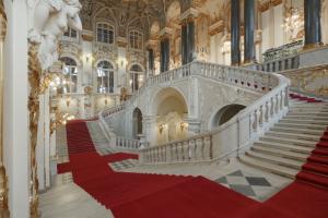 Эрмитаж открывает экспозиции, которые были закрыты из-за коронавирусных ограничений. Среди них — искусство Сибири, Франции и Японии