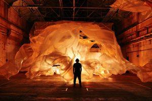 В «Севкабель Порту» открыли выставку про экологические проблемы. Там есть кинетические скульптуры в виде моллюсков и интерактивный спектакль о медузах