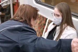 Женщина приставала к пассажирам петербургского метро с вопросом о вакцинации. Всех привитых она назвала «дураками»