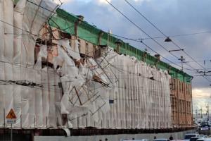 Циклон «Кийан» сломал деревья и раскидал ограждения на улицах Петербурга. Посмотрите на последствия сильного ветра