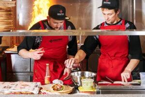 В фуд-холле при апарт-отеле Yes Marata открыли корнер Bratski с мясом на углях и блюдами балканской кухни 🍖