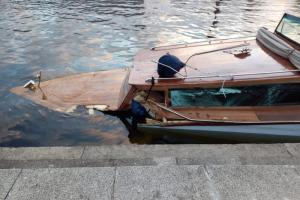 Прогулочный катер«Премьера» столкнулся с опорой Гренадерского моста. Пострадали трое человек