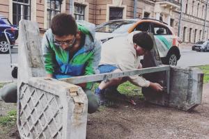 Жители Коломны установили у Пряжки скамейки. Их списали местные власти, но петербуржцы дали им новую жизнь 🔧