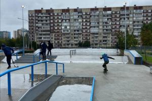 В Петербурге открыли новую спортплощадку со скейт-парком. Там также можно позаниматься на тренажерах или поиграть в баскетбол