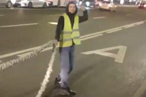 На Невском проспекте мойщики улиц облили водой пешеходов. Подрядчик принес извинения тем, «чья одежда могла пострадать»