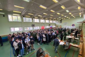 В Петербурге на одном из участков заметили огромную очередь из желающих проголосовать. Показываем, как это выглядит