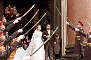 «Простите, но какой сейчас год?». Как в соцсетях шутят про венчание потомка династии Романовых в Петербурге