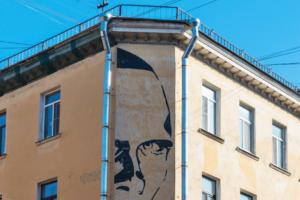 Почему нельзя сделать одинаковые вывески на Невском, какой стрит-арт вредит Петербургу и станут ли граффити легальными? Объясняет главный художник