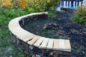 Петербуржцы построили скамейку впарке «Заросли». Теперь там удобно «собираться компаниями, греться укостра и смотреть на воду»