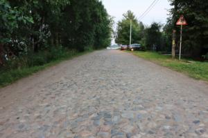 Петербуржцы боятся, что Шлиссельбургское шоссе утратит историческое мощение после ремонта. Там работает компания, которая незаконно вырубила 300 деревьев вдоль дороги