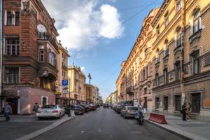 С 2022 года платная парковка на улице Рубинштейна станет круглосуточной