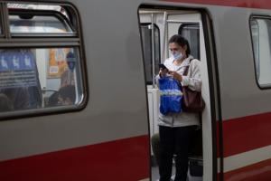 В Петербурге вслед за Москвой пообещали штрафовать пассажиров метро за приспущенную маску