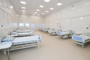 В Петербурге осталось около 1700 свободных коек под COVID-19. Власти говорят, что это «эквивалентно трем пустующим больницам»