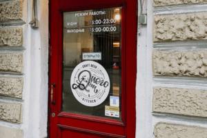 «Нужно выпить всё, что там есть». Петербургский бармен в твиттере попросил помочь его заведению перед локдауном — желающих очень много