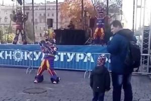 В Петербурге прошел фестиваль«Технокультура 4.0». Видео оттуда выглядят странно: на площадке почти никого нет, танцуют только роботы