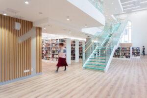 Что появилось в библиотеке Маяковского на Фонтанке после трехлетней реконструкции? Круглосуточный пункт сдачи книг, стены с живыми растениями и зал-трансформер 📖