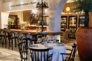 В Андреевском дворе открывают итальянское бистро Rimski. Помещение украсили оливковыми деревьями, гостям предлагают большие салаты и пиццу из каменной печи