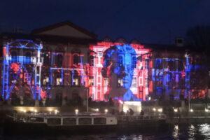 На фасад Маяковки транслируют световое шоу, посвященное эволюции библиотек. Посмотрите, как это выглядит 📸