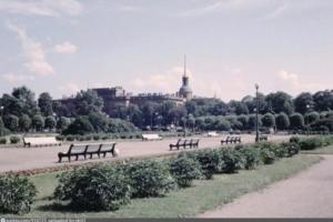 Круглые, в форме древних сосудов и на ножках. Как в Петербурге в разные времена выглядели урны?