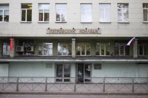 За сутки в Петербурге три раза сообщали о возможной стрельбе в учебных заведениях, два человека задержано. Что об этом известно