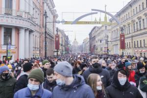 Как митинги 2020–2021 годов изменили российский протест и почему власти отреагировали на них репрессиями? Пересказываем доклад «Год Навального»