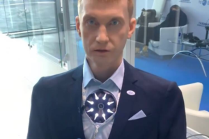 Робот Алекс стал героем роликов с газового форума в Петербурге. Он ответил на вопрос о войне машин и людей и рассказал стих про бычка 🤖