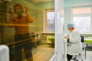 В России больше трети заболеваний коронавирусом приходятся на три региона. В их числе Петербург