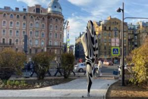 На набережной Карповки установили необычные фигуры — петербуржцы прозвали их «соплями зебры». Оказалось, это светильники