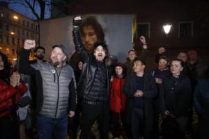 Коммунальщики хотели закрасить портрет музыканта Игоря Талькова — но им помешал его сын. Показываем, как это было